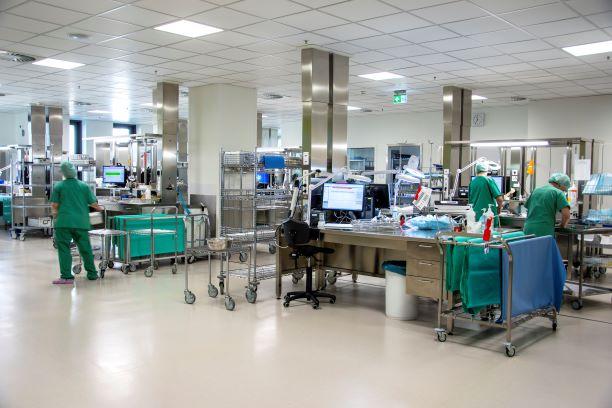 Den Barcode scannen und dann kann die Reise losgehen: In der Aufbereitungseinheit für Medizinprodukte (AEMP) werden jährlich Hunderttausende chirurgische Instrumente professionell gereinigt.